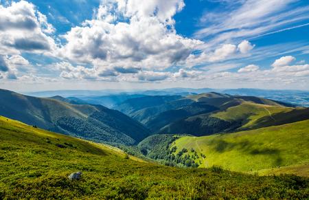 magnifique cloudscape sur la colline herbeuse . superbe paysage d & # 39 ; été dans les montagnes