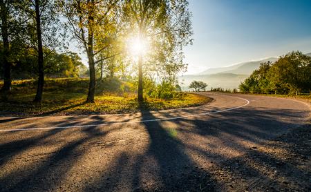 bergachtige plattelandsweg bij zonsopgang. prachtig helder weer in het vroege najaar Stockfoto