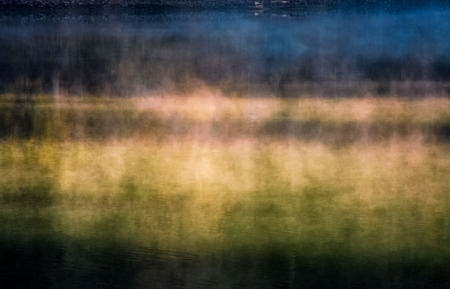 일출 안개 포리스트 호수 표면의 근접 촬영입니다. 물 위에 떠오르는 다채로운 연기의 아름다운 자연 배경