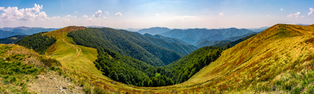 草が茂った草原の高山山の尾根の豪華なパノラマ。日当たりの良い午後天気の良い素敵な早期秋の風景 写真素材