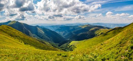 アルプスの山の尾根のパノラマ風景。曇りの日に夏の豪華な風景 写真素材