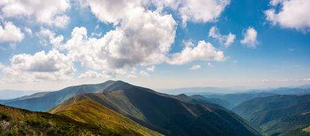 アルプスの山の尾根のパノラマ風景。曇りの日に秋の豪華な風景