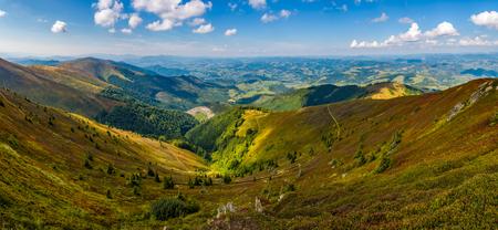 山の尾根の上から壮観のパノラマ ビュー。曇りの日に秋の豪華なカルパティア風景 写真素材