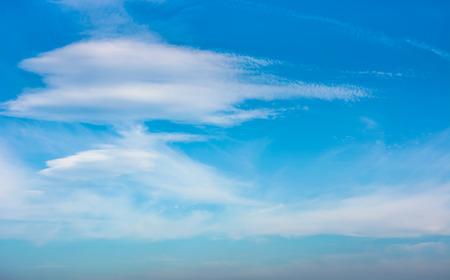 青空に美しい雲の形成。