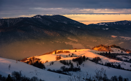 mooie warme winter zons opgang op bewolkte ochtend in sneeuw bedekt velden in de buurt van landelijk gebied van de Karpaten Stockfoto