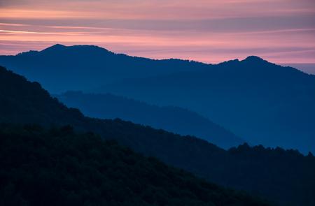 산속 새벽 붉은 하늘과 아름다운 풍경