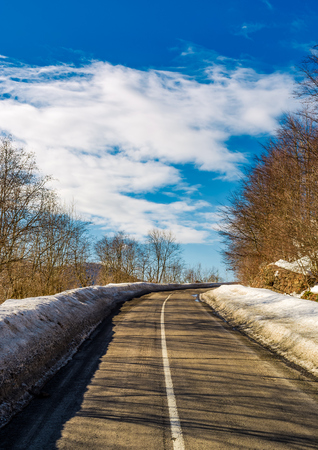 asphalt mountain road in winter. beautiful sunny day 版權商用圖片