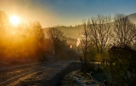 안개가 일출 산 마을을 통해도. 가을의 아름다운 농촌 풍경 스톡 콘텐츠