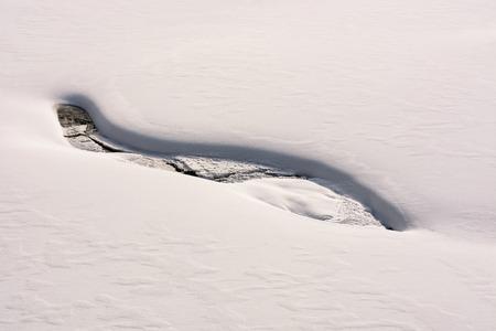 小川の岸辺にあるファンシーな雪のレイアウト。美しく、珍しい背景 写真素材