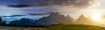タトラ山脈の農村地域の昼と夜の時間変更の概念。農業地域の美しいパノラマ。高い岩のピークと太陽と月を持つ豪華な山の尾根