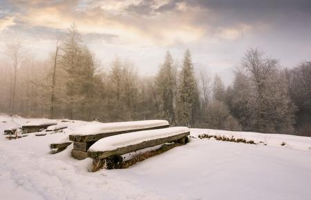 冬の森の中に放棄されたキャンプ場。日の出に hoarfrost との素晴らしい天気