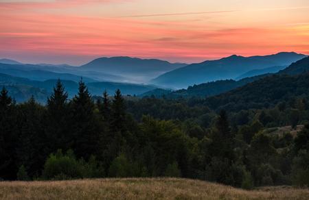 森林に覆われた山の風景の豪華な赤い夕暮れ。豪華なカルパティア自然風景