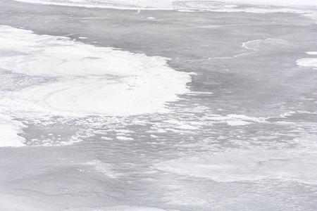 textuur van ijs op een bevroren rivier. mooie aardachtergrond in de winter Stockfoto