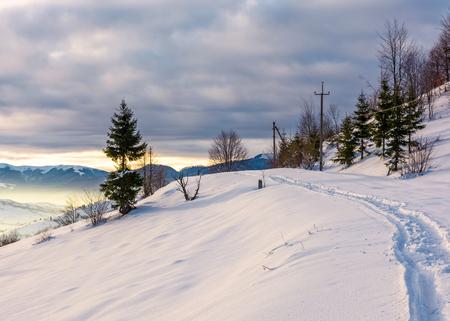 Ländliches Fußweg durch schneebedeckte Landschaft . Schöne Landschaft der bergigen Landschaft im Winter Standard-Bild - 92472205