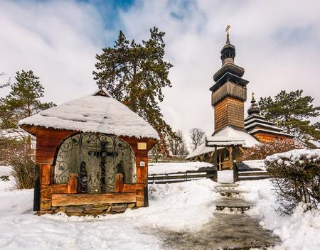 冬の古いオーソドックスな木造教会。民俗建築と生活の場所博物館、ウジゴロド。 報道画像