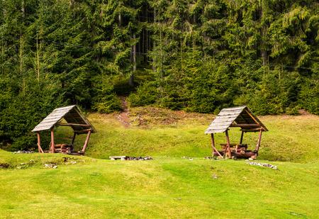 Camping placer sur une clairière dans la forêt . beau paysage de loisirs avec deux pays vides Banque d'images - 90033719