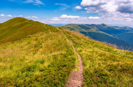 pad op de top van de Karpaten bergrug. mooie zomerse landschap onder prachtige hemel met wolken Stockfoto