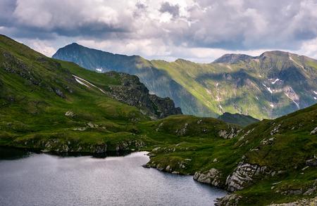 氷河湖南カルパティア山脈でキャプラ。ルーマニアのフグラシ山の美しい夏の風景 写真素材