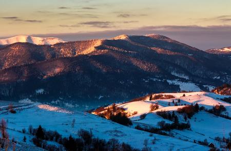 눈 덮인대로 산에서 일출입니다. 아름다운 겨울 자연 풍경 스톡 콘텐츠