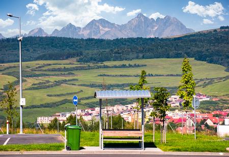 高タトラ山脈を望む駐車場。夏に美しいスロバキア田舎の風景