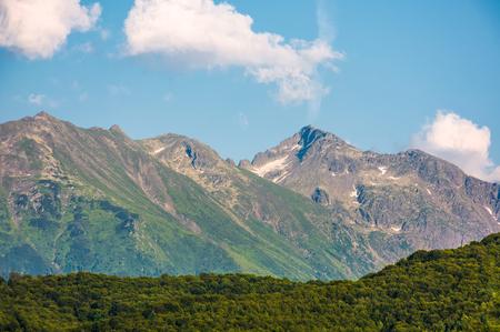日の出時のルーマニア山の尾根。雲の青い空