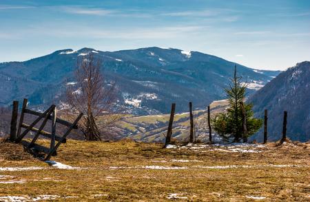 언덕의 가장자리에 나무 울타리. 아름 다운 시골 산에서 봄 풍경