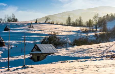 雪に覆われた農業の丘陵地帯に流れ落ちろ。冬の美しい田舎の風景