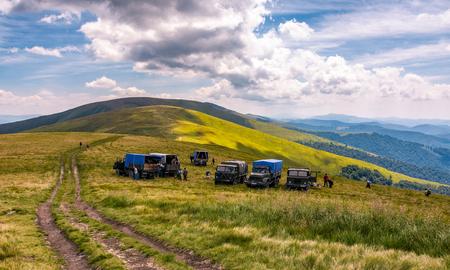 Pylypets, Oekraïne - 23 juli 2016: bosbessen oogsten in de Karpaten. locatie Gymba berg van nok Borzhava. hard en vermoeiend werkconcept Redactioneel