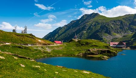 Transfagarasan 도로, 루마니아 -2011 년 6 월 26 일 : 호수 Balea Fagaras 산 밝고 화창한 날에. 루마니아에서 가장 방문한 랜드 마크 중 하나의 놀라운 여름 풍경