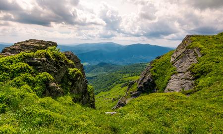 언덕 가장자리에 바위 절벽입니다. 산악 풍경의 장엄한 경관 스톡 콘텐츠