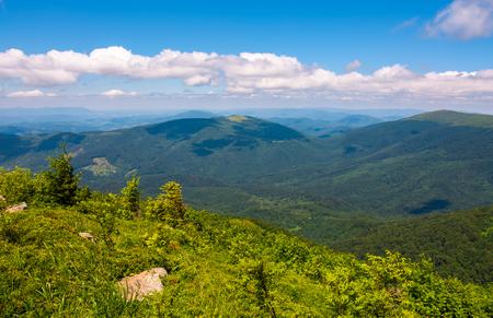 晴れた夏の日に山岳風景。青空の遠くに雲がある