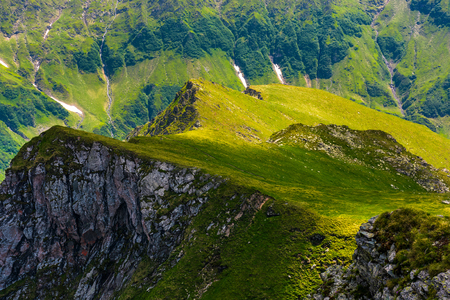 ファガラス山脈の草の斜面と岩の崖。美しい自然の背景 写真素材