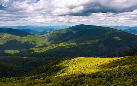 カルパチア山脈の草の斜面。曇りの日に美しい夏の風景。ロケーション ルナ山, ウクライナ 写真素材