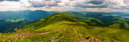 大きなカルパチアの水分割尾根のパノラマ。山ピクイからウクライナのリヴィウとトランスカルパチア地域の美しい夏の風景 写真素材