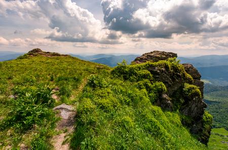 바위 절벽의 가장자리 경로입니다. 흐린 여름 날에대로 산의 아름 다운 풍경 스톡 콘텐츠