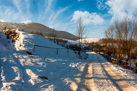 Podobovets 마을을 통해 눈 덮인도. 오후에 아름다운 겨울 농촌 풍경