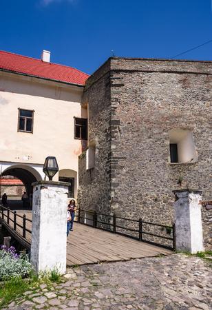 Mukachevo, Oekraïne - 25 MEI 2008: ingang met brug van het Palanok-kasteel. Het oude fort dient nu als museum en is een populaire toeristische bezienswaardigheid Redactioneel