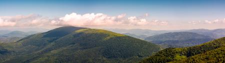 아름 다운대로 산의 파노라마입니다. 사랑스러운 forenoon 여름 풍경 언덕 꼭대기에서 볼. 스톡 콘텐츠