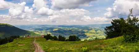 山の美しい風景のパノラマ。ボルザヴァ山の尾根からの素晴らしい景色。