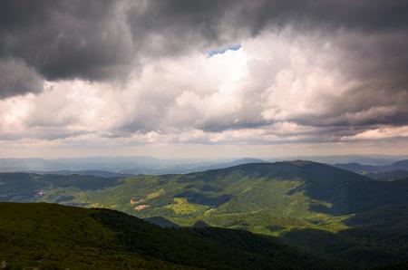 山の上の豪華な曇り空。夏の美しい風景 写真素材
