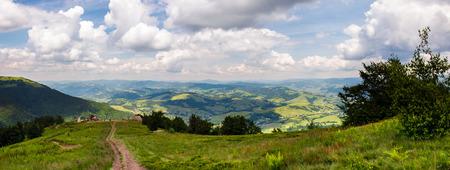 山の美しい風景のパノラマ。ボルザヴァ山の尾根からの素晴らしい景色。草の丘を下って観光地に向かう。曇り空と素晴らしい夏の天気