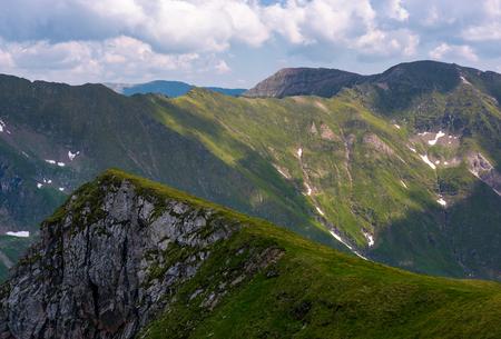 曇りの日に山の岩の崖。素敵な自然の夏の背景