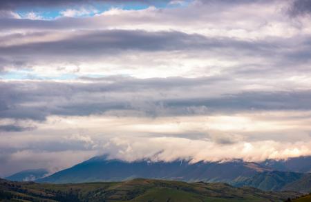 山の尾根の上に美しい雲の形成。素敵な自然の背景 写真素材