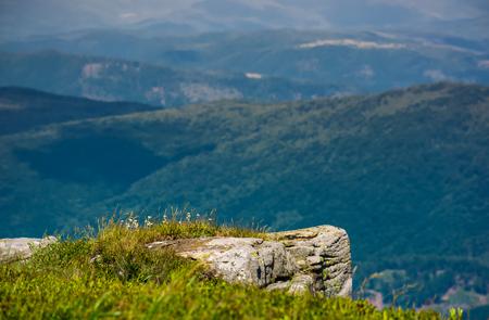 丘陵地帯の谷の上の岩の崖。深い視点を持つ美しい山岳風景