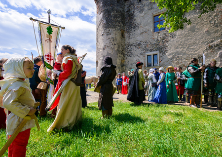 Chynadiyovo, Ukraine - May 27, 2017: medieval culture festival Silver Tatosh. Location St. Miklos Castle. participants getting ready for start Redactioneel