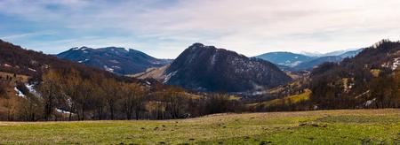 春の美しい田園地帯のパノラマ。カルパティアの山岳地帯の美しい景色。 写真素材