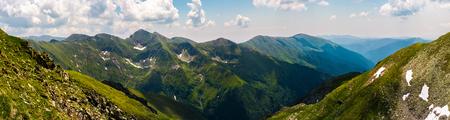 ファララス山脈の豪華なパノラマ。ルーマニアの素敵な場所、ハイキングやその他のアウトドアアクティビティのための人気の目的地 写真素材