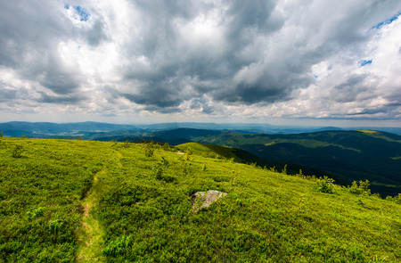 岩の間の丘を下る。夏の美しい山の風景 写真素材