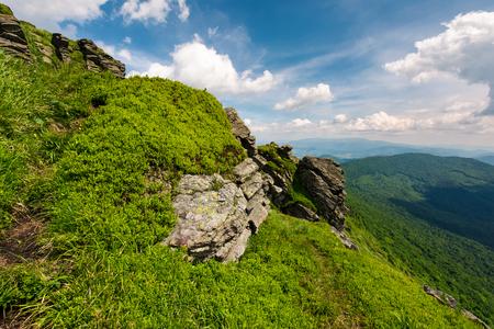 山の美しい夏の風景。丘の中腹から渓谷と近くの尾根から曇り空の下の眺め