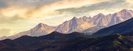 parte de la cresta de la montaña High Tarta al atardecer. vista desde el lado de Polonia